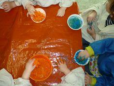 Schilderen met spaghetti:   stap 1: we voelen aan de spaghetti  stap 2: we mengen spaghetti met verf  stap 3: we gooien de spaghetti op een blad papier. Bon Appetit, Kids Playing, School, Restaurants, Italy, Boys Playing, Children Play