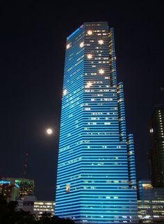 Una inmensa torre llena de luces la noche de #Miami, #Floridas. En esta ciudad costera y turística se encuentran algunas de las edificaciones más vanguardistas de los #EstadosUnidos.