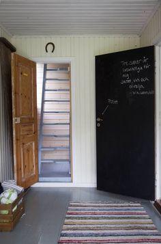 Kutsuva eteinen on vaalea ja raikas. Takana pilkottavat ullakolle johtavat Marin isän rakentamat portaat. Eteisen viisikymmentälukulaiset ovet on vaihdettu peilioviin, paitsi liitutauluna toimiva keittiön ovi. Pitkä räsymatto on paikalliselta kirpputorilta Antiikkimakasiinista.