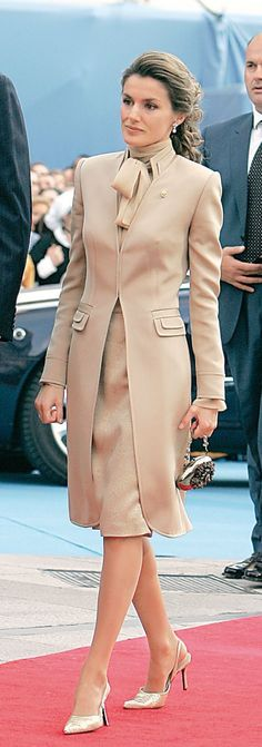 Queen Letizia of Spain Details; collar, pockets, nice