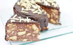 Tort de biscuiti cu glazura de ciocolata este unul dintre cele mai simple torturi. Este fara coacere si se prepara la fel ca si salamul de biscuiti.