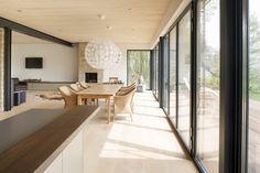 haus modern fassade holz und - Google-Suche Dining Bench, Divider, Modern, Windows, Living Room, Furniture, Case, Acoustic, Home Decor