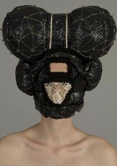 Muriel Nisse \\ Intrigant, parfois dérangeant, Muriel Nisse a une démarche bien à elle. Cette artiste diplômée de l'École des Arts Décoratifs de Strasbourg a travaillé comme maquilleuse et perruquière pour les Opéras de Paris, influence très présente dans cette série de masques et de parures.