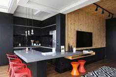 Decoração de apartamento funcional. Parede preta, revestimento de madeira, cadeira vermelha, banco vermelho, banco laranja, luz natural, pendente.    #decoracao #decor #details #casadevalentina