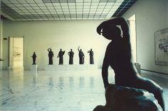 Luigi Ghirri titolo: Napoli, 1980 serie: Paesaggio Italiano [ Il Palazzo dell'Arte ] dimensioni: 40 x 50 cm tiratura: 2/7