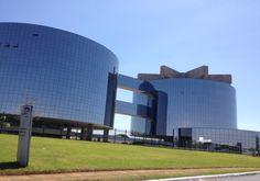 Conheça as 50 obras de Oscar Niemeyer em Brasília - A Procuradoria Geral da República é composta por cinco edificações em formato cilíndrico e espelhado