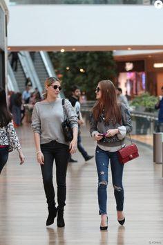 Marina Ruy Barbosa gosta de investir em peças especiais, como a bolsa da grife Chanel de R$ 14 mil usada em passeio no shopping ao lado de Luma Costa
