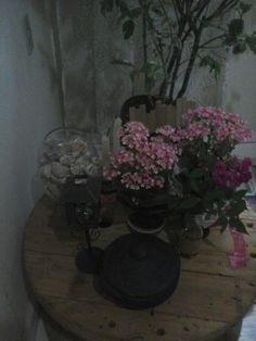 para a sala ficar mais fofa,flores e carretel de pallete nela! #carretel#pallete#sustentabilidade#criatividade