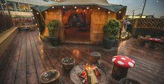 Londres Se réchauffer autour d'un feu de camp… sur le rooftop d'un bar La mode des rooftops n'est pas toute récente mais ne risque pas non plus de disparaître ! À Londres, le Queen of Hoxton essaie de se différencier de ses concurrents en proposant en été un barbecue à l'air libre, et en hiver, un feu de camp pour se réchauffer. Selon les jours et les saisons, il y a aussi des cours de yoga, d'origamis, du DIY, des concerts…