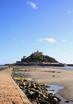 St Michael's Mount #Cornwall Pic by Rebecca Bentley https://www.pinterest.com/sowildandfree/