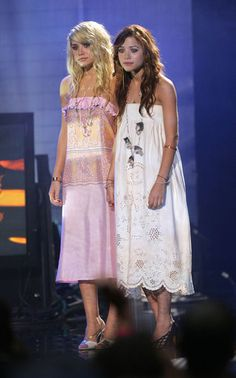Star-Style: Die schönsten Looks von Mary-Kate und Ashley Olsen: Romantische Kleider im Hippie-Look tragen beide zu den MTV Video Music Awards im August 2004
