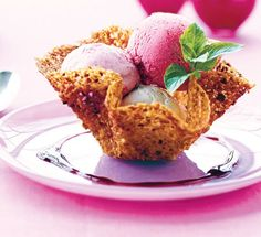 De sprøde nøddekurve ser imponerende ud, men er faktisk ikke så svære at lave. Fyld dem med is og lækker hindbærsauce, så har du en fin dessert, der fx er god til nytårsmenuen.