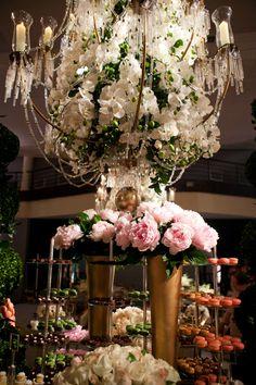 As orquídeas complementaram imensos lustres de cristal. No detalhe, vasos dourados com as belas peônias rosas,  Foto: Graciela Lindner/Divulgação