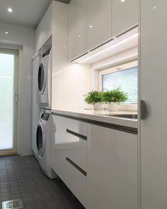 🍃Kodinhoitohuone🍃  Sunnuntaisen näytön jäljiltä vielä siistiä, muttei kauaa... pyykkipäivä! 👍 . . . #lammikivitalo #domuskeittiöt… Stacked Washer Dryer, Washer And Dryer, Laundry, Home Appliances, House, Instagram, Lineup, Quartos, Laundry Room