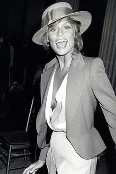 Lauren Hutton is an American model and actress. Her signature is the gap in her teeth and the model lived up to her reputation as a rebel and a free spirit. Lauren Hutton, Charlotte Rampling, Alexa Chung, Twiggy, Divas, Looks Style, My Style, Paparazzi Photos, Babe