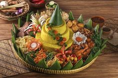 Indonesia has many delicious foods that you must eat. Read our Indonesian Food list in this article that listed Top Indonesian Cuisine and Indonesian Foods. Asian Recipes, Beef Recipes, Beef Tagine, Beef Chorizo, Indonesian Cuisine, Food Garnishes, Beef Wellington, Nasi Lemak, Beef Casserole
