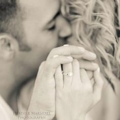 they have ALOT of cute ideas for engagement pictures | Couples / engagements photography | Ideas
