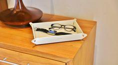 Très pratiques et décoratifs, les vide-poches Lucrin sont réalisés en cuir naturel. N'égarez plus vos effets personnels, grâce au vide-poche en cuir de Lucrin! Personnalisé avec une gravure, cet accessoire de rangement peut être fabriqué pour plaire à tous les goûts. Gravure, Floating Nightstand, Decoration, Home Decor, Natural Leather, Custom In, Accessories, Floating Headboard, Dekoration