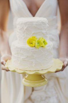 Bolo com flores naturais amarelas