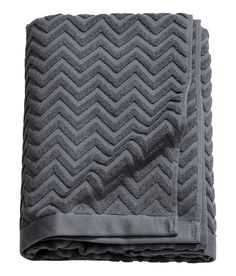 Bath towel in cotton terry with a jacquard-weave zigzag pattern. Hanger  loop on short sides.