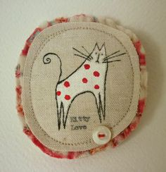 Handmade Kitty textile Brooch. Textile Jewelry, Fabric Jewelry, Textile Art, Jewellery, Embroidery Art, Machine Embroidery, Fabric Cards, Fabric Brooch, Textiles