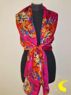 66b3b61f87d6 Chal de seda con estampado floral sobre fondo fucsia .Es un complemento de  ceremonia con