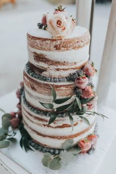 Enchanting British Columbia wedding with a touch of retro vibes | Naked wedding cake