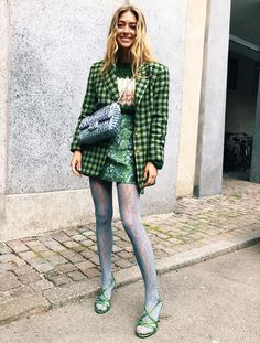 Fashion Tips Over 40 What To Wear In January: Try a pair of printed tights.Fashion Tips For Men What To Wear In January: Try a pair of printed tights Fast Fashion, Fashion Week, Star Fashion, Look Fashion, Spring Fashion, Woman Fashion, Tights Outfit Winter, Winter Outfits, Green Outfits