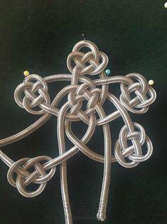 驿路梅花杯垫 第20步 Jewelry Knots, Macrame Jewelry, Diy Jewelry, Macrame Knots, Micro Macrame, Rope Rug, Decorative Knots, Rope Crafts, Passementerie
