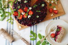 Wegańskie, bezglutenowe, mocno migdałowe, słodzone daktylami ciasto bez pieczenia z polewą z owoców jagodowych to idealna propozycja na koniec upalnego lata