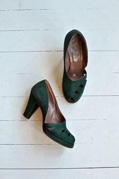 Vintage 1940s emerald green brushed leather platforms with half-dorsay side, cutouts and peeptoe. --- M E A S U R E M E N T S --- fits like: us 6.5 |