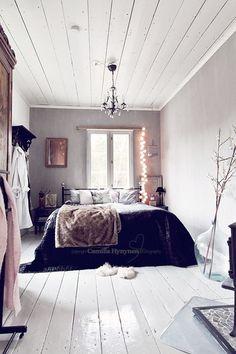 piso de madeira na decoração, piso de madeira pintado de branco, luzes na cabeceira