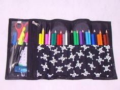 Estojo escolar / Porta lápis. Ótima opção para deixar as os lápis e as canetinhas organizadas. Fácil de usar. Cabem 12 lápis de cor + 12 canetinhas Tem uma necessária onde pode colocar, canetas,cola,borracha, tesoura, apontador.... O fechamento em elástico que facilita o manuseio. Excelente opção para presentear. * pode ser usado como porta pincel e porta maquiagem. R$20,00