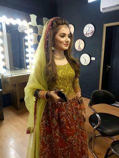 Dp by shao Pakistani Bridal Makeup, Bridal Mehndi Dresses, Pakistani Wedding Outfits, Bridal Outfits, Bridal Lehenga, Pakistani Dresses, Indian Dresses, Pakistani Wedding Hairstyles, Mehndi Hairstyles