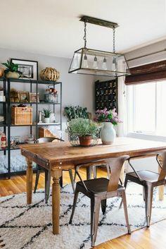 tapis beige et noir pour la salle à manger chic, table en bois, chaises en fer