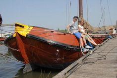 Stap eens aan boord van een Skûtsje voor een tochtje over de meren in het Nationaal Landschap Zuidwest Friesland.