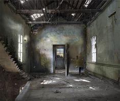 L'art de Suzanne Moxhay est captivant, singulier mais aussi très technique. L'artiste britannique, diplômée des Beaux-Arts, parvient à créer des univers apocalyptiques mêlant espaces intérieu...