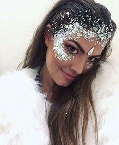 Zoom sur les plus beaux maquillages à adopter pour un festival #tendance #beauté #festival #maquillage #coachella #paillettes #strass #rose #bleu #sirene #inspiration #aufeminin