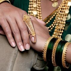 Indian bridal bangles search ideas for 2019 Gold Ring Designs, Gold Bangles Design, Silver Bangles, Silver Jewelry, Gold Jewellery, Silver Ring, Jewellery Designs, Bridal Bangles, Bridal Jewelry