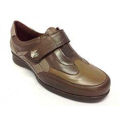 Zapato de velcro sport comodísimo de la marca BYN, del grupo Pitillos.Gracias al piso de goma con una tecnología muy avanzada, el zapato ofrece un confort que año tras año, hacen de esta linea de producto, lider en ventas.Todo fabricado en piel de alta calidad y muy blandas y suaves.La tia de velcro en la pala, favorece tanto el calce, como el ajuste óptimo del pie al zapato.Combina este año, varias terminaciones de pieles, haciendo este modelo un modelo sport y juvenil.Colores, negro y ...