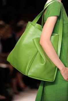 Akris Spring 2012 Verde que te quiero verde. Tote Bags, My Bags, Purses And Bags, Fashion Plates, Fashion Bags, Cheap Fashion, Fashion Shoes, Girl Fashion, Style Vert