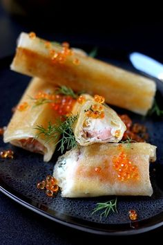 These cigars with smoked salmon and mascarpone are perfect for your festive meals! At the aperitif or at the entrance, they give a festive touch to your menu! Great Appetizers, Christmas Appetizers, Croissant, Tapas, Mini Burgers, Smoked Salmon, Food And Drink, Favorite Recipes, Snacks