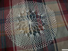 A Bobbin Lace Lover: diciembre 2010 Needle Lace, Bobbin Lace, Red Malla, Hand Fan, Diy And Crafts, Crochet Patterns, Embroidery, Knitting, Handmade