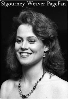 Classic Actresses, Actors & Actresses, Female Movie Stars, Sigourney Weaver, Aliens Movie, Actor Photo, Party Guests, Celebs, Celebrities