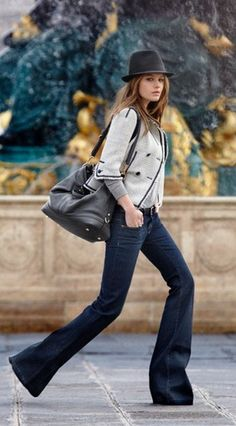 Are Flared Jeans & Trousers Back In Style? How To Wear Bell Bottoms & Style This Trend? Street Style Jeans, Street Style Chic, Looks Street Style, Looks Style, Jeans Style, Outfits Casual, Komplette Outfits, Winter Fashion Outfits, Look Fashion