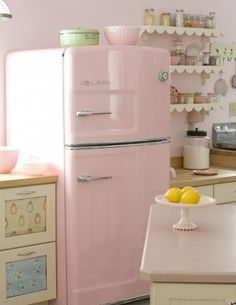 Cozinha sonho!  Geladeira rosa e prateleiras em formato de babado. ♡
