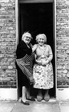 Two ladies on the doorstep, London's East End, c. photo by Tony Hall Two ladies on the doorstep, London's East End, c. photo by Tony Hall East End London, Old London, Old Pictures, Old Photos, Old Pics, Foto Poster, People Of The World, Vintage Photographs, Belle Photo