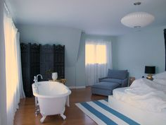 I want a master bedroom with a bathtub right in it. this seems quite nice.