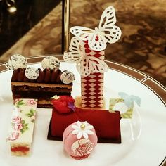 Tiny morsels of #deliciousness at #langhamhotel with @sunny_in_london tasting the new #wedgewood #afternoontea launched today #toplondonrestaurants #writetotravel #lovelondon #instalike #instafoodblogger #igerslondon #luxuryhotel #luxelondon #luxurylife #luxuryblog @langham_london by londonunattached