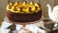 Le dosi indicate servono per una teglia di 16-18 cm di diametro. In una terrina lavorate a spuma il burro insieme allo zucchero. In un altro recipiente sbattete leggermente le uova con una frusta, poi aggiungetele, poco per volta, al composto di burro e zucchero. Lavorate il tutto energicamente fino a quando avrete ottenuto un composto... Simnel Cake, Mary Berry, Chocolate Sponge, Chocolate Cake, White Chocolate, Cake Mixture, Hot Cross Buns, Easter Recipes, Bagels